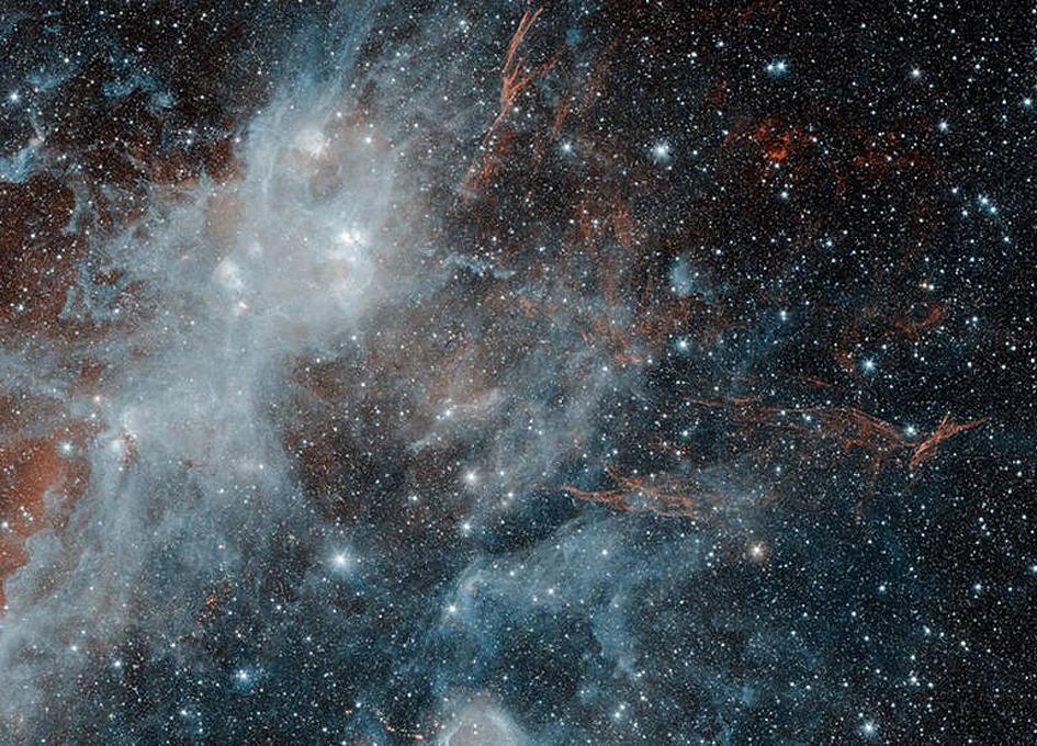 Scoperto nel 1966 attraverso emissioni radio, il resto di supernovaHBH 3irradia anche in banda ottica ed è uno dei più ampi resti di supernova della nostra Galassia. L'immagine in alto è dello Spitzer Space Telescope e mostra venature di gas ionizzato e gas molecolare acceso dall'onda d'urto generato dall'esplosione. La formazione bianca è parte di un complesso di formazione stellare formato da tre regioni distinte chiamate W3, W4 e W5, che si estendono ben oltre l'immagine. La distanza è di circa 6400 anni luce. Il diametro di HBH3 è di circa 150 anni luce e oltre a essere tra i più grandi resti di supernova è anche tra i più antichi, con l'esplosione compresa tra 80 mila e un milione di anni fa. Nel 2016 il telescopio gamma Fermi ha osservato raggi gamma provenire da una regione vicina.