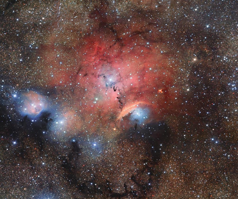Nebulosa a emissione (zona rossa) Sh2-29. Crediti VLT/VST/ESO