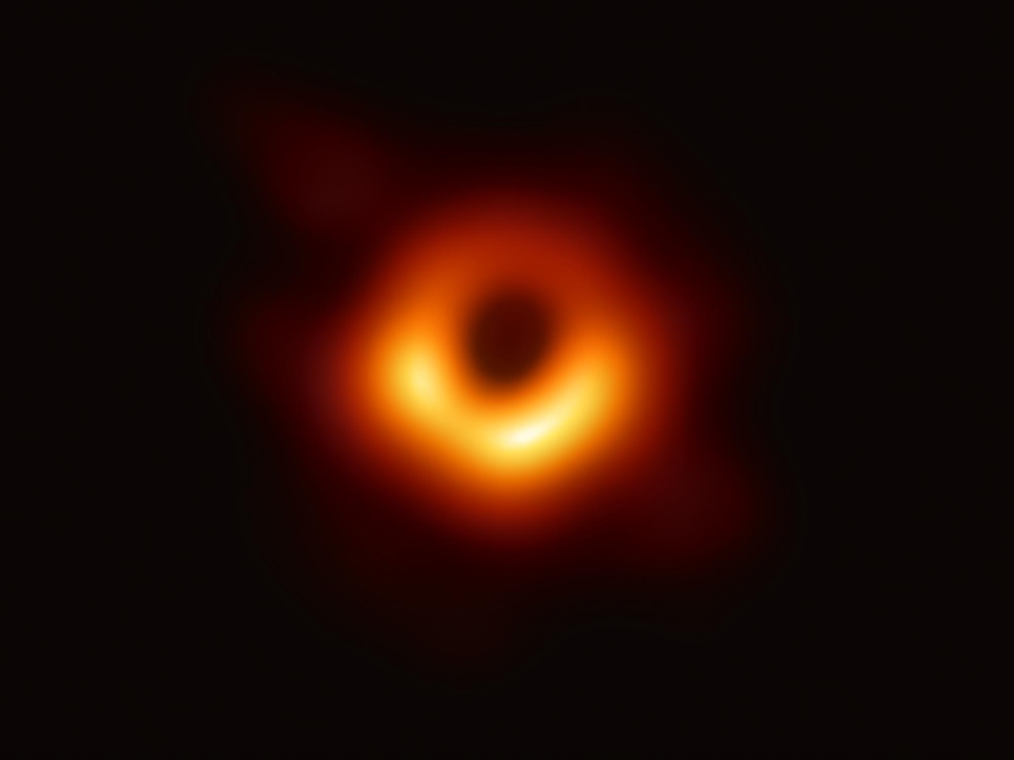 La prima immagine degli immediati dintorni di un buco nero. Crediti Event Horizon Telescope